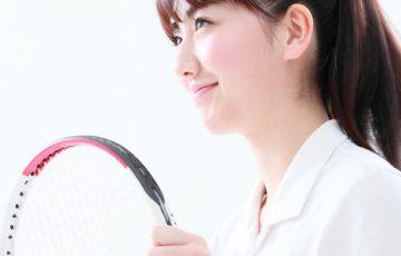 テニスをする女子高校生