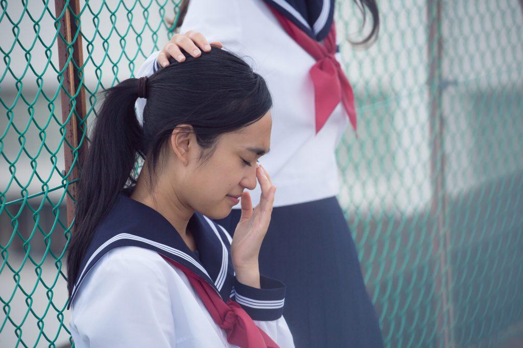 女子高生 泣いてる