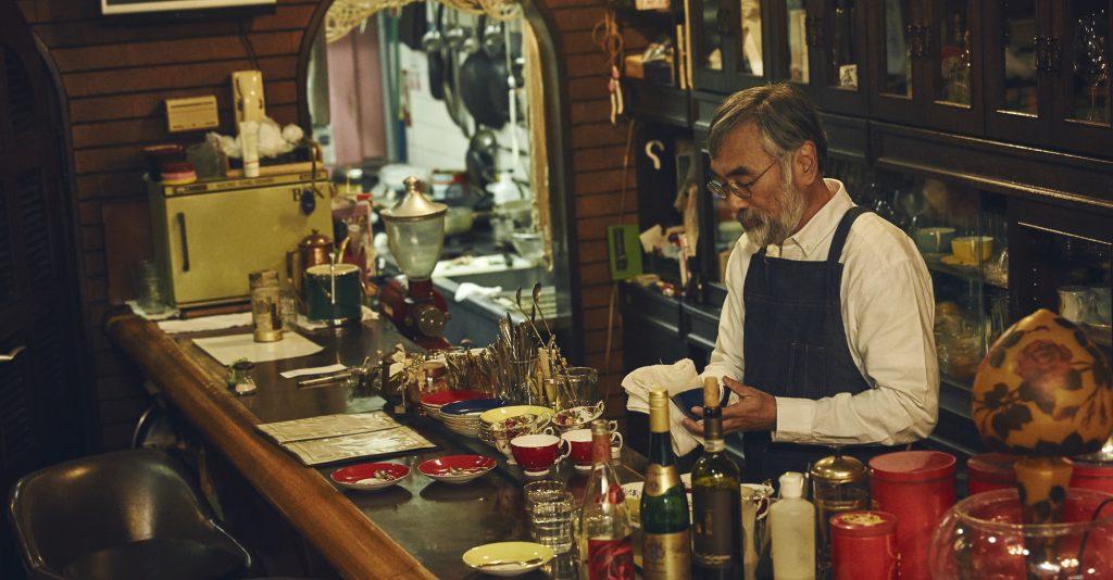 喫茶店 店主 カップ磨き