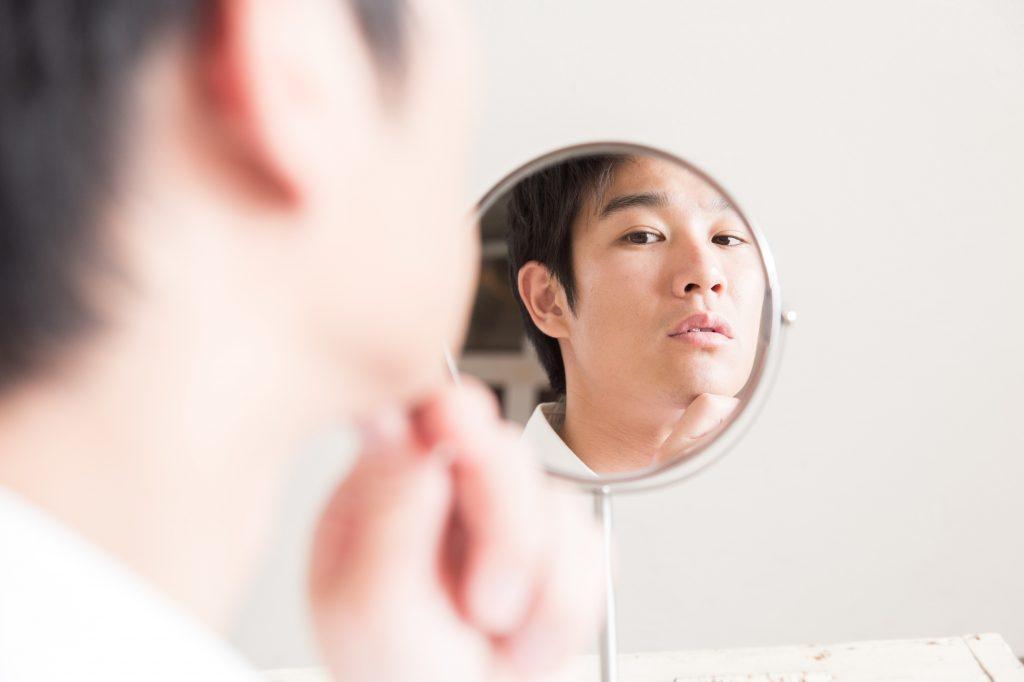 男性 鏡 顔 チェック