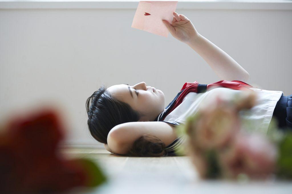 女子高生 寝転ぶ ラブレター
