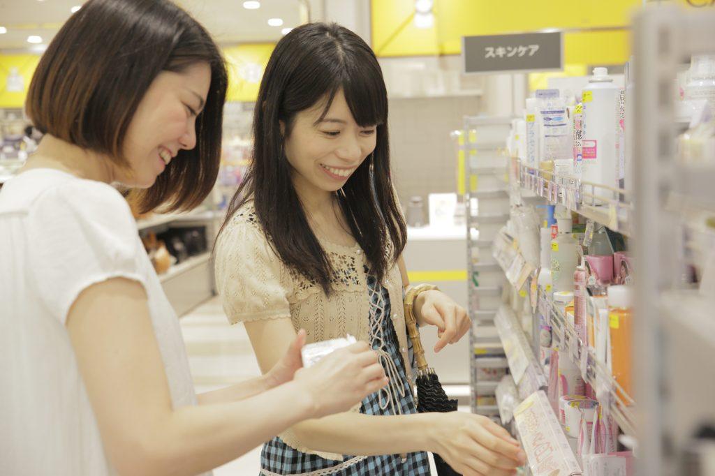 女性 買い物 スキンケア