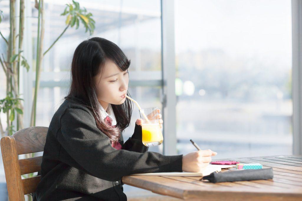 女子高生 カフェ 勉強