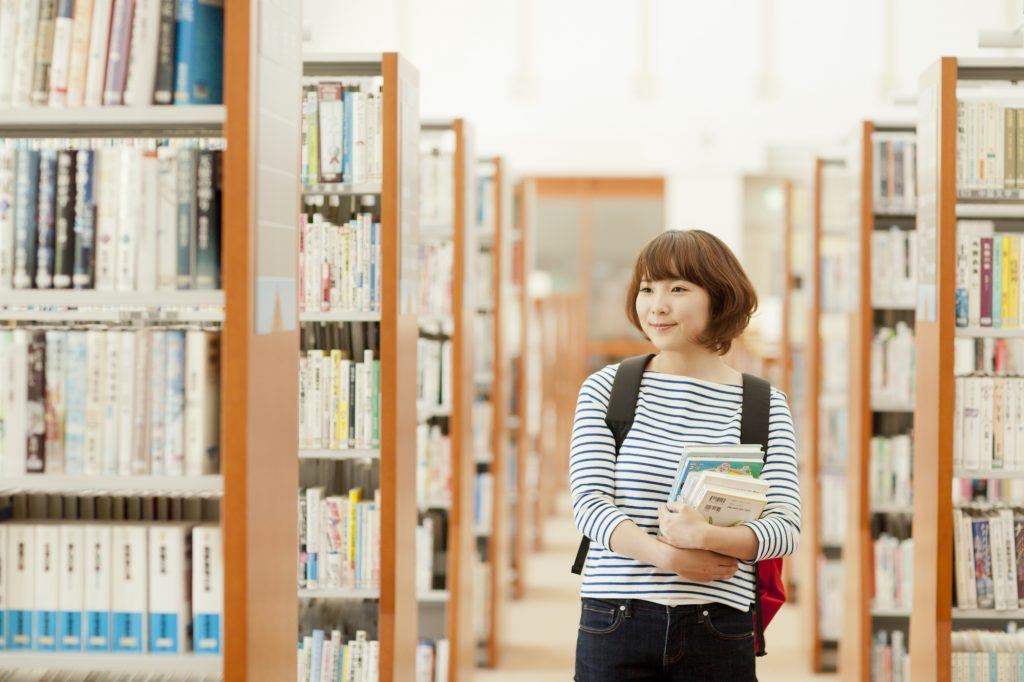 女性 図書館