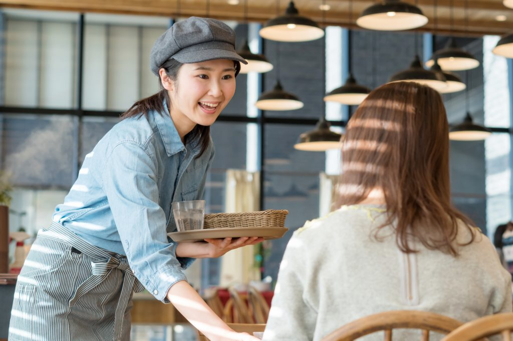 女性 カフェ アルバイト