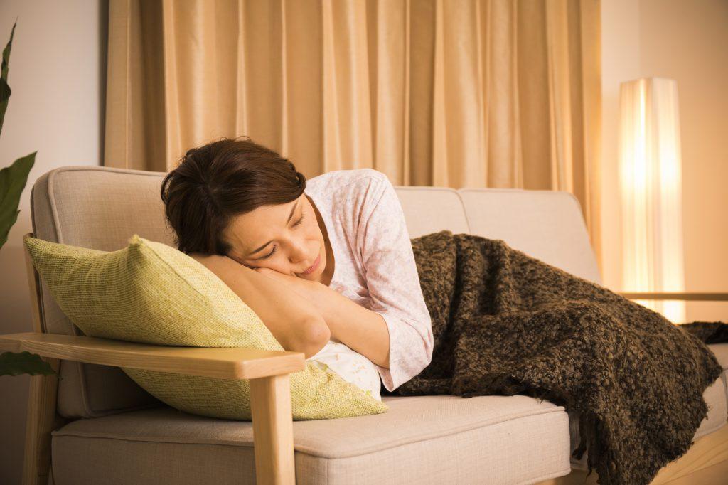 女性 仮眠 ソファ