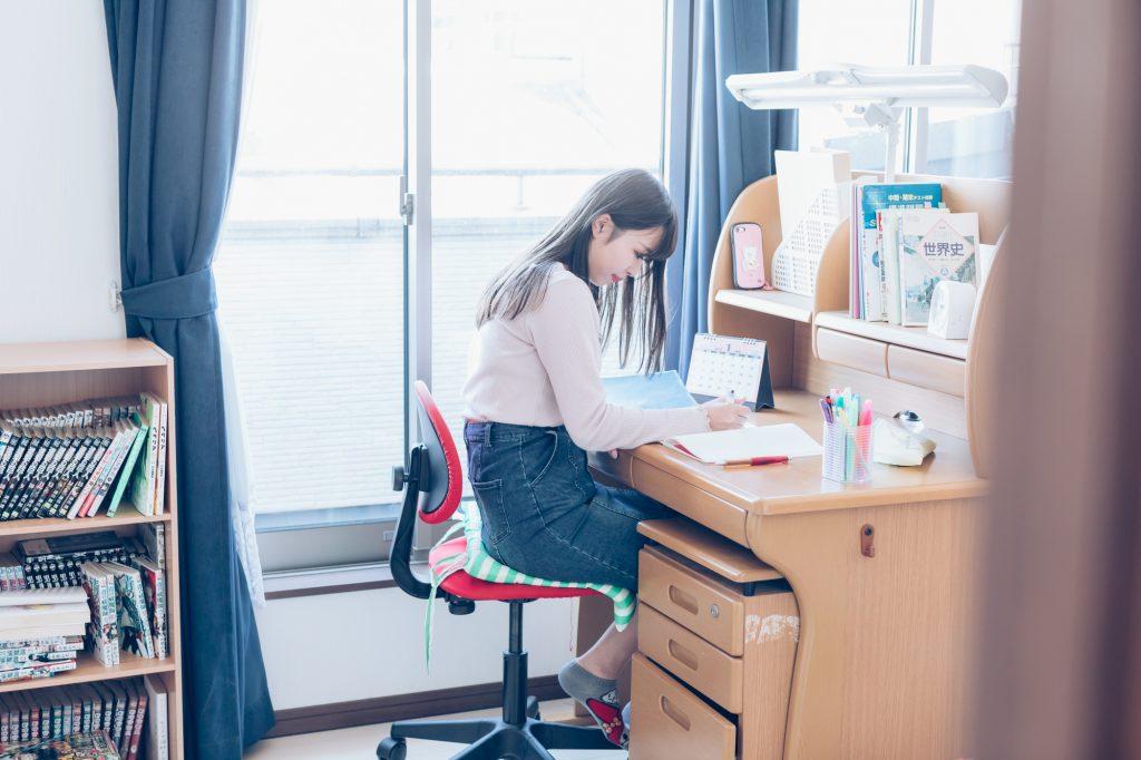 女子高生 部屋 勉強
