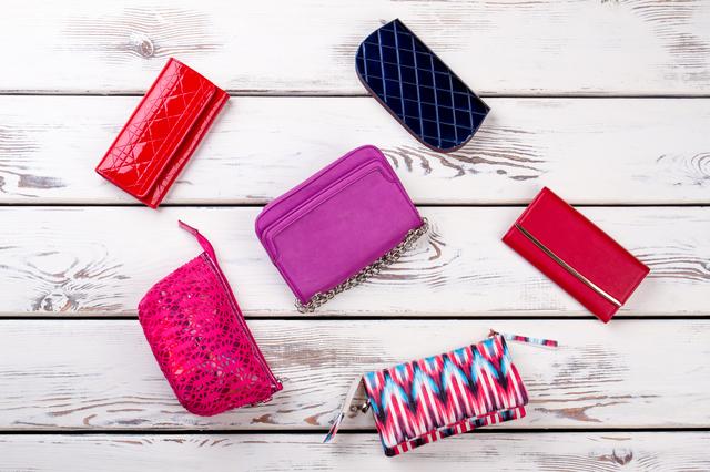 b826fbc7d056 一口にお財布と言っても、その種類は様々です。一つのブランドをとっても、長財布や折りたたみ財布、チャック式やがま口タイプなど色々な商品が展開されています。