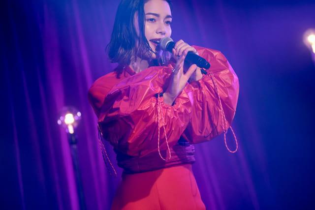 歌手 女性 赤 衣装