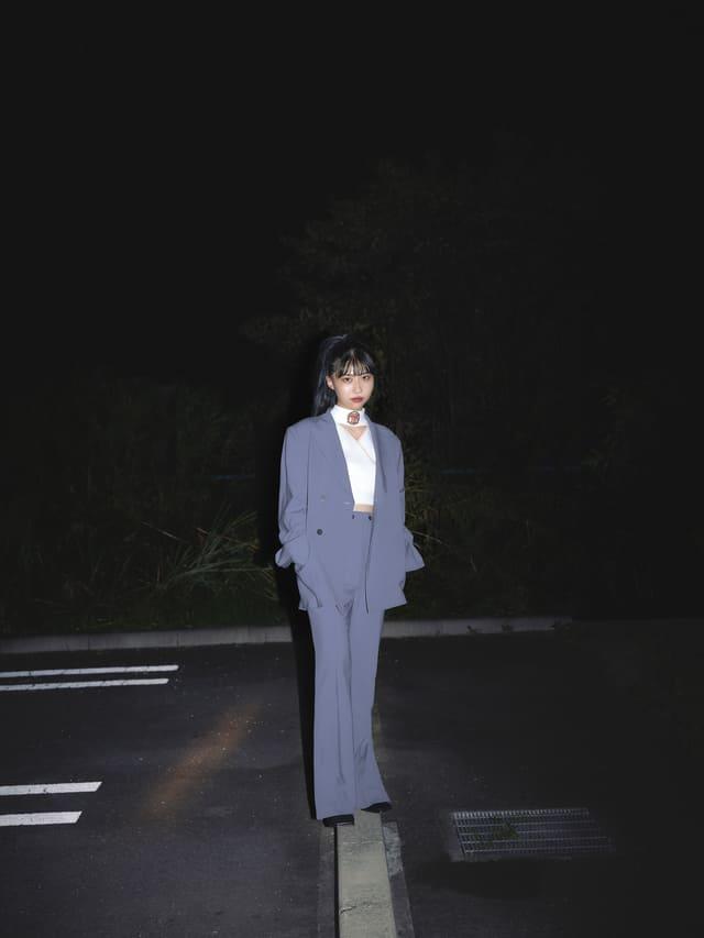 夜 スーツ 一人 立つ