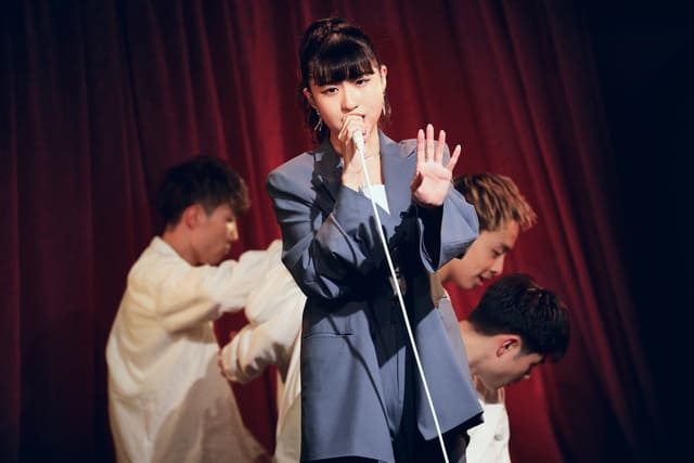 女性 歌手 ソロ マイク