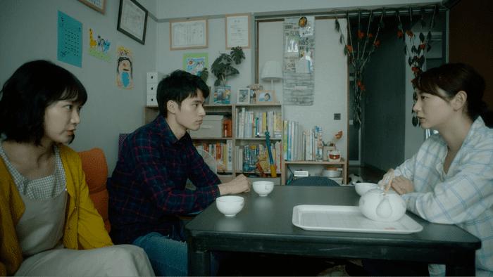 テーブル 座る 男女