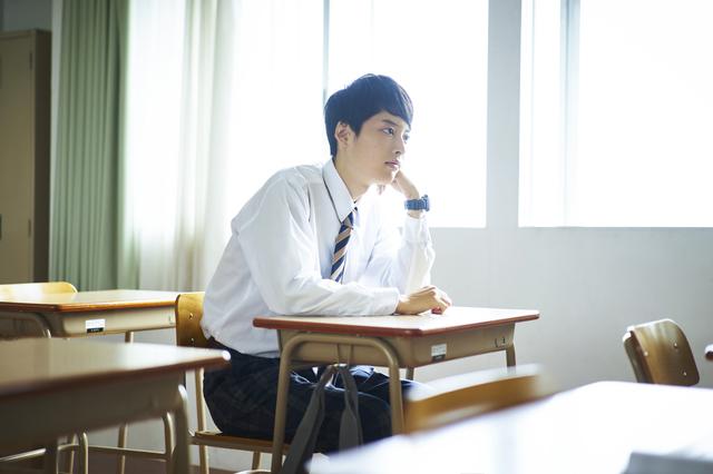 男子高生 悩む 学校