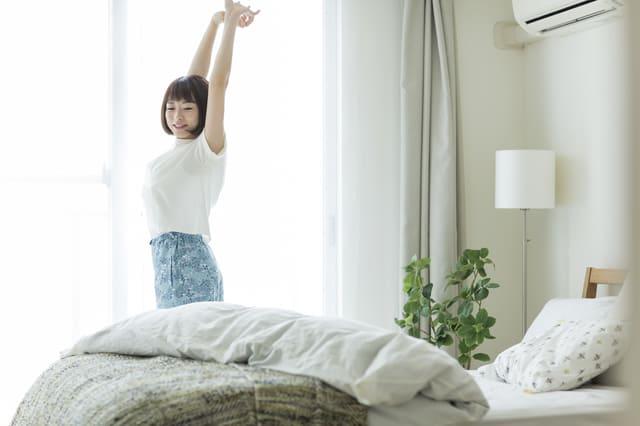 朝 起きる 女性