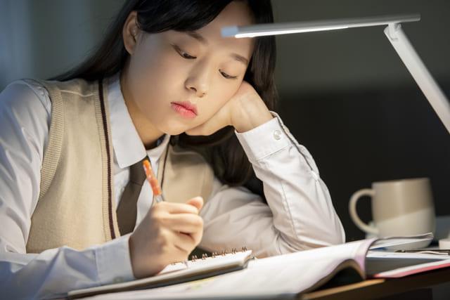 女子高生 勉強 夜