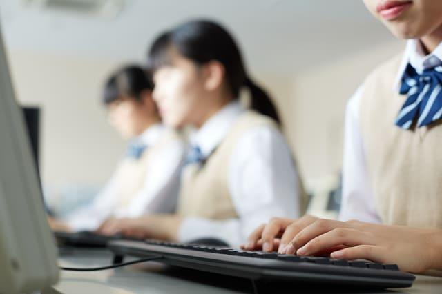 パソコン 女性 生徒 触る