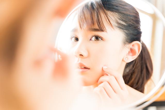 ニキビ 鏡 女性
