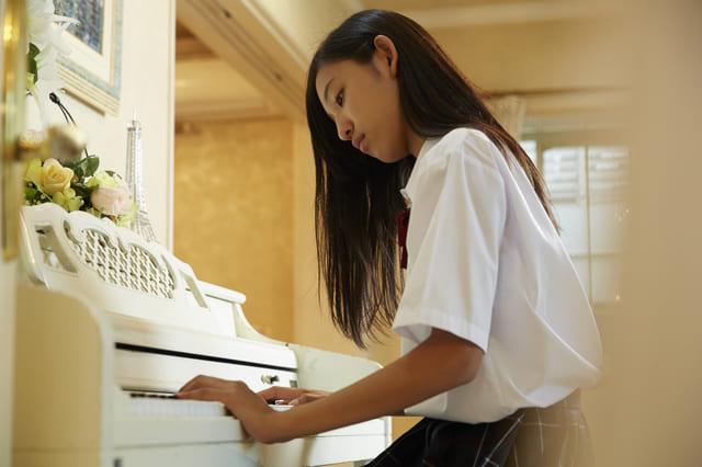 ピアノ 弾く 女性