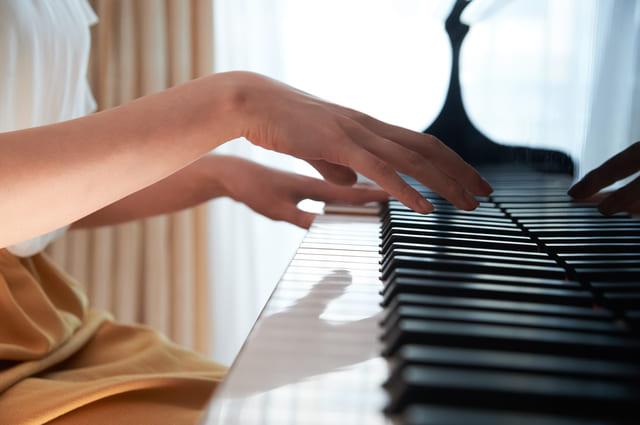 ピアノ 手 弾く 楽器