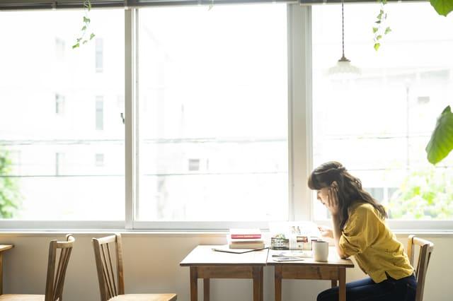 カフェ 勉強 女性