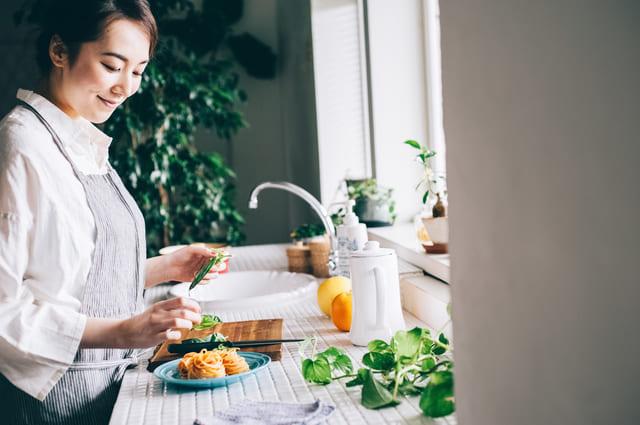 料理 女性 キッチン