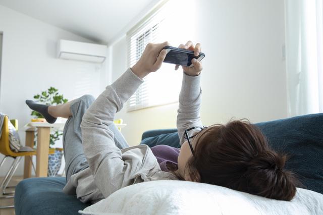 寝る 女性 スマホ ゲーム