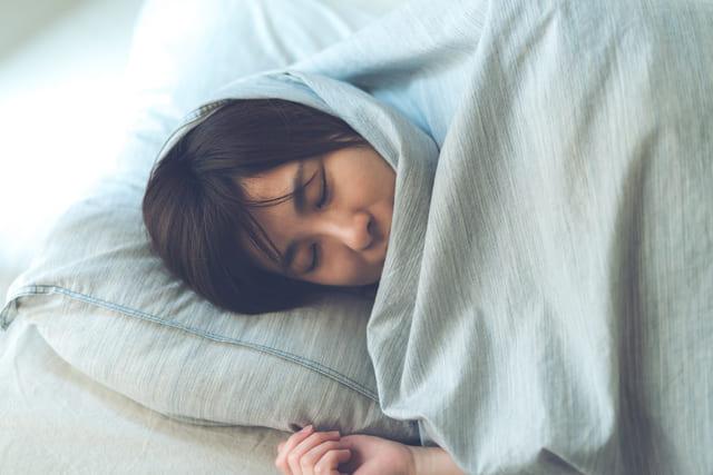 眠る 女性 若い